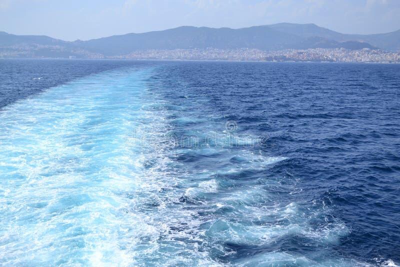 Rastro del transbordador en el agua fotografía de archivo libre de regalías