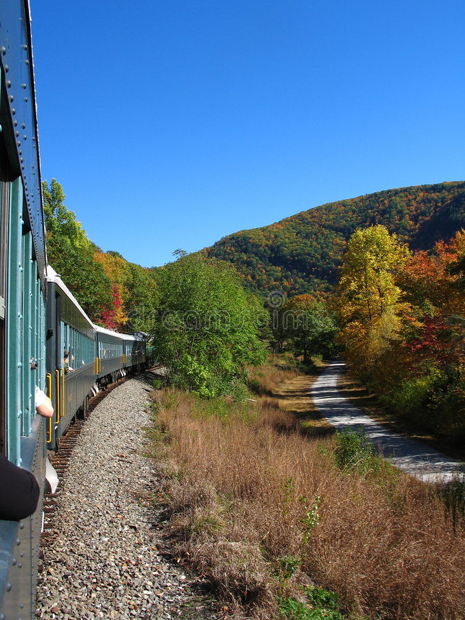 Rastro del tren del otoño imagen de archivo