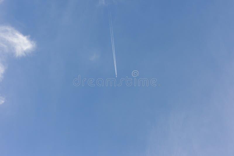 Rastro del vapor de un aeroplano fotografía de archivo libre de regalías