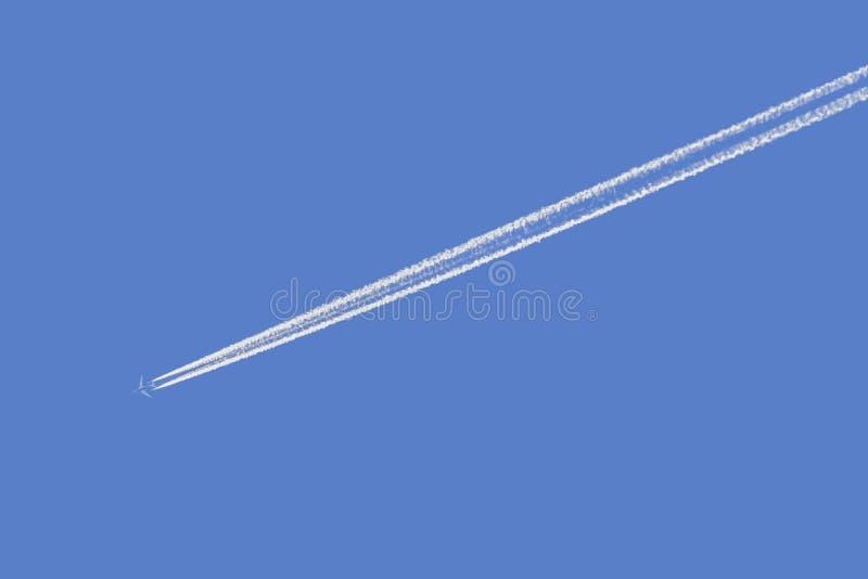 Rastro del vapor en el cielo azul fotos de archivo libres de regalías