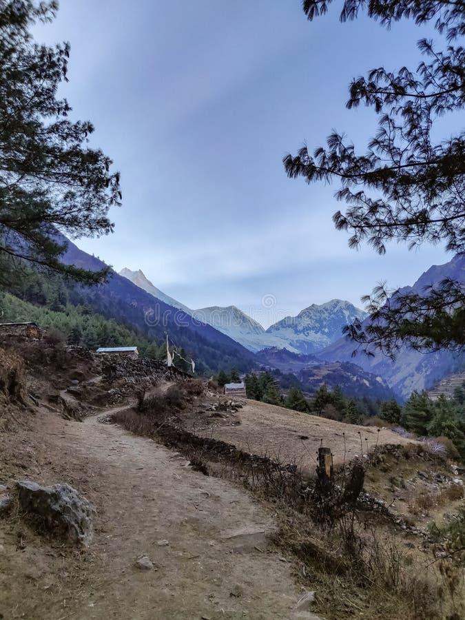 Rastro estrecho en las montañas de Nepal foto de archivo