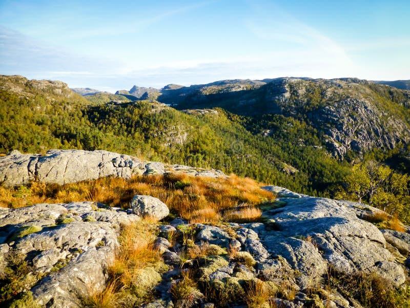 Rastro a la roca de Preikestolen - de Pulplit fotos de archivo