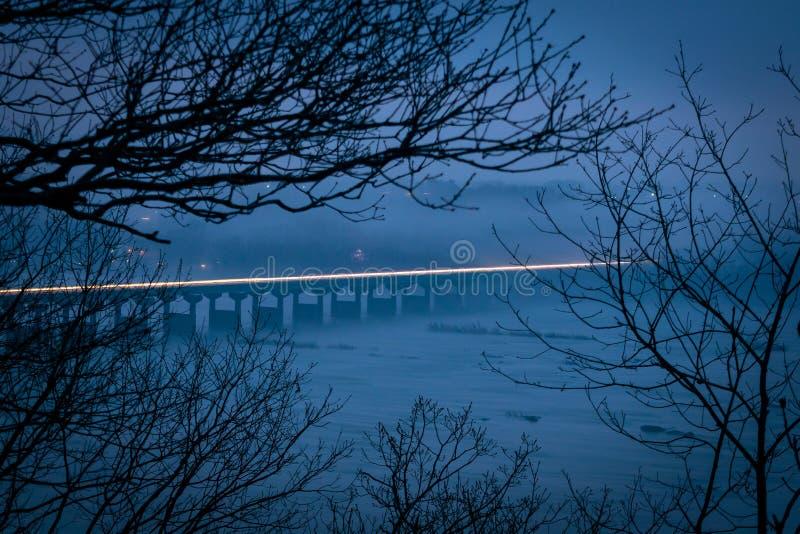 Rastro ligero a través del puente del río Susquehanna, sobre las horas de igualación en un día brumoso y de niebla, el condado de fotografía de archivo