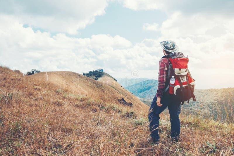 Rastro turístico que camina en el hombre del viajero del bosque con cr de la mochila imagen de archivo