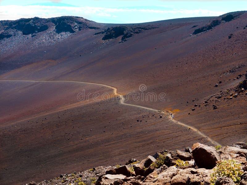 Rastro turístico que cruza un valle cerca del volcán de Haleakala foto de archivo libre de regalías