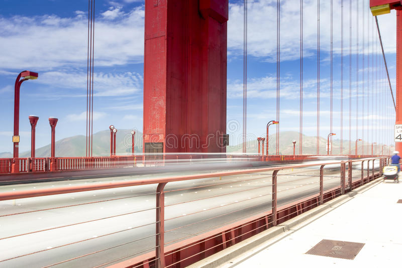 Rastros borrosos de los coches y de la gente que pasan cerca en puente Golden Gate foto de archivo