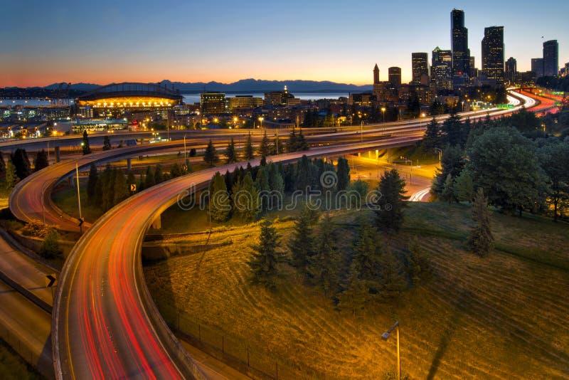 Rastros céntricos del semáforo de la carretera de Seattle imagenes de archivo