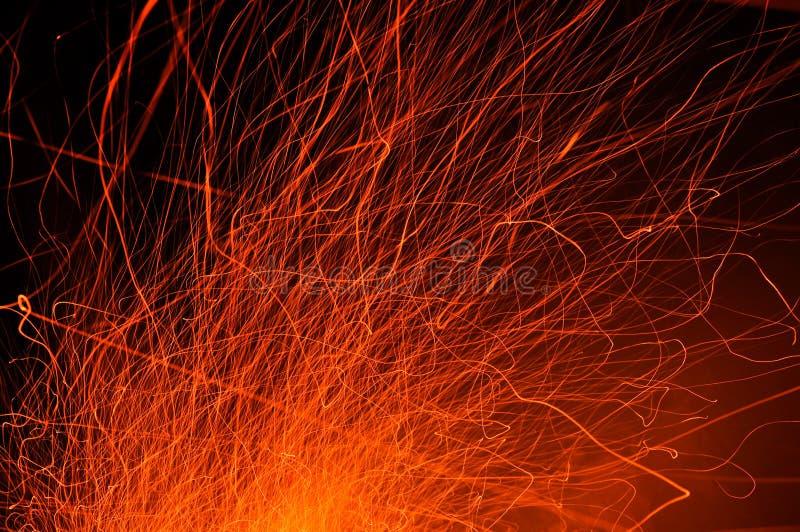 Rastros de chispas del fuego en la noche foto de archivo libre de regalías