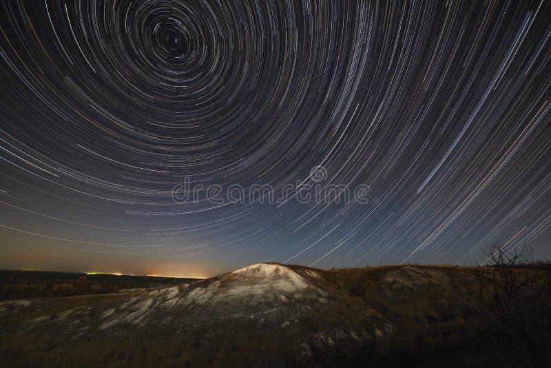 Rastros de la estrella en el cielo nocturno Una vista del espacio estrellado imágenes de archivo libres de regalías
