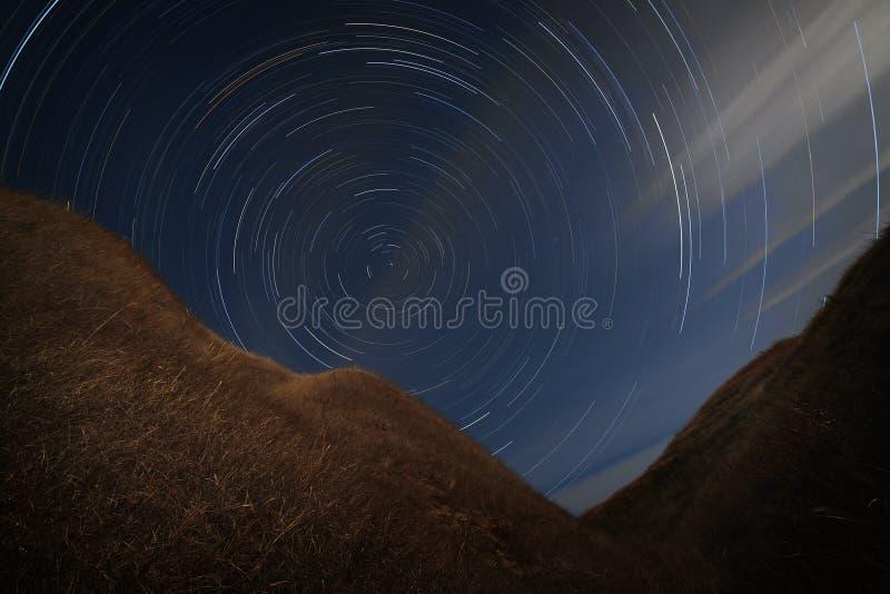 Rastros de la estrella en el cielo nocturno Una vista del espacio estrellado foto de archivo libre de regalías
