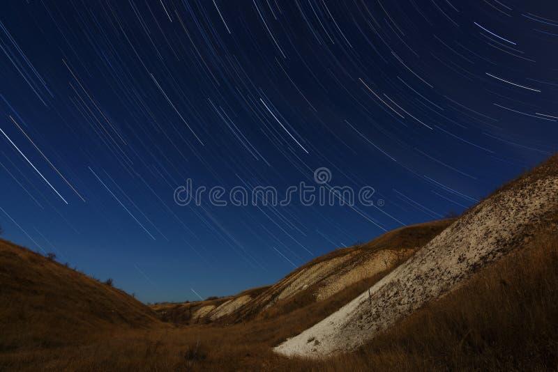 Rastros de la estrella en el cielo nocturno Una vista del espacio estrellado fotografía de archivo libre de regalías