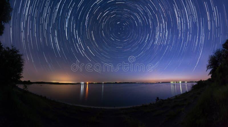 Rastros de la estrella en el panorama del lado del lago imagen de archivo