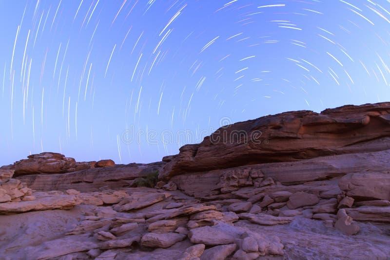 Rastros de la estrella en la montaña de piedra imagen de archivo