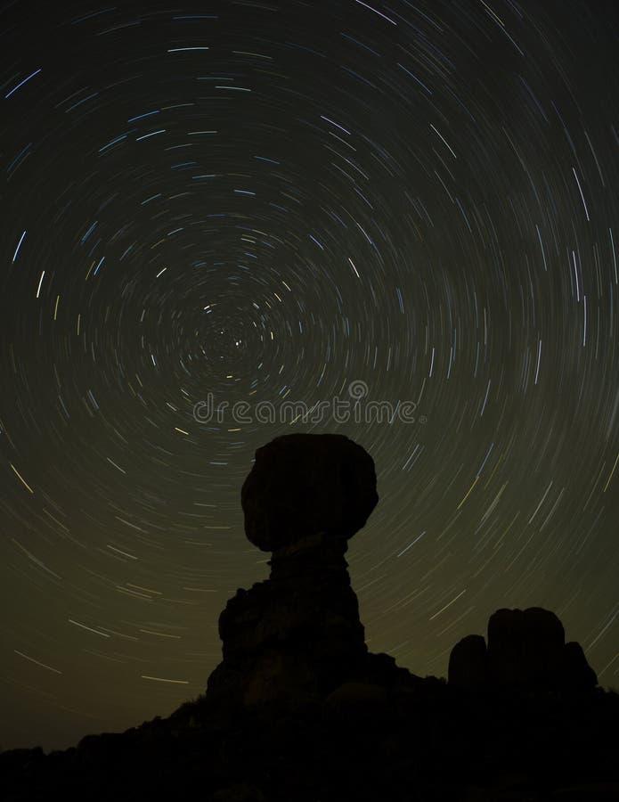Rastros de la estrella en la roca equilibrada fotografía de archivo libre de regalías