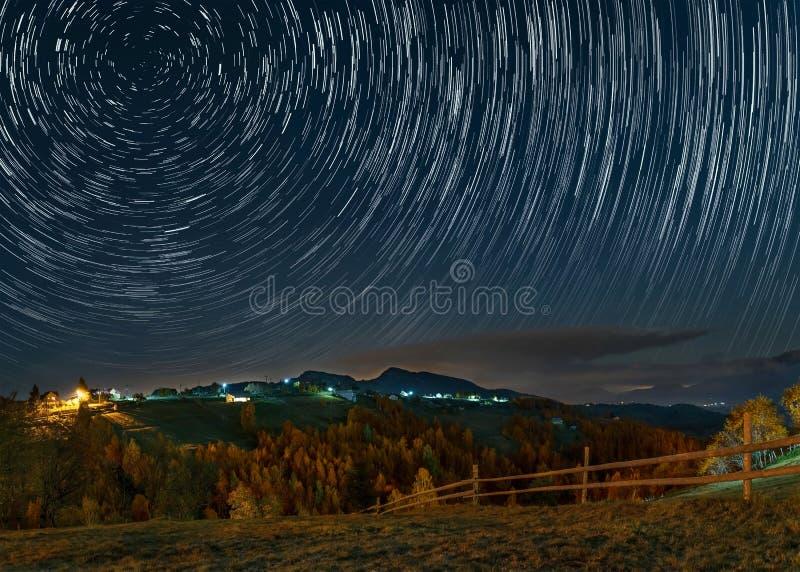 Rastros de la estrella en un pueblo de montaña en Rumania fotos de archivo