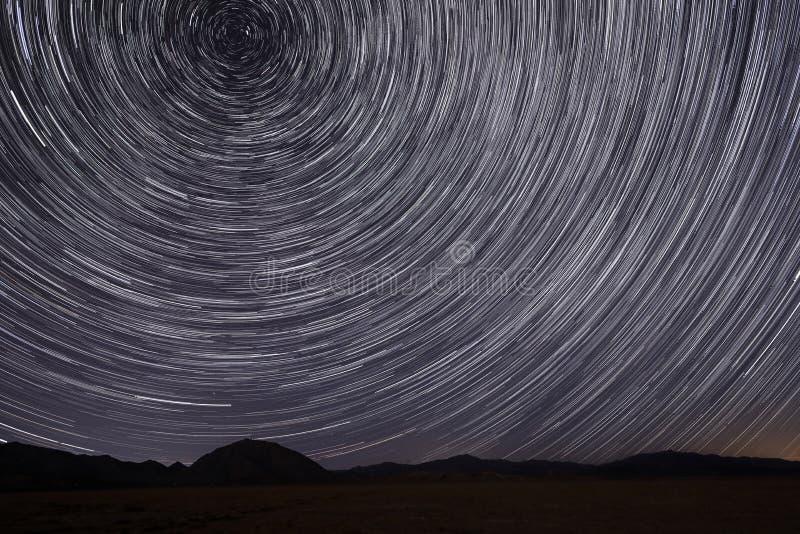 Rastros de la estrella en Victorville, California en la noche imagen de archivo