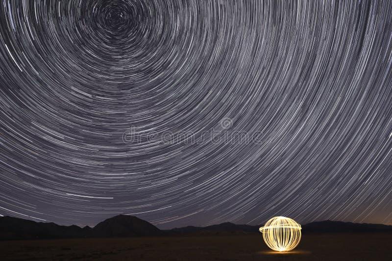Rastros de la estrella en Victorville, California en la noche fotografía de archivo