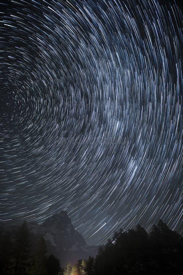 Rastros de la estrella sobre Cervino foto de archivo