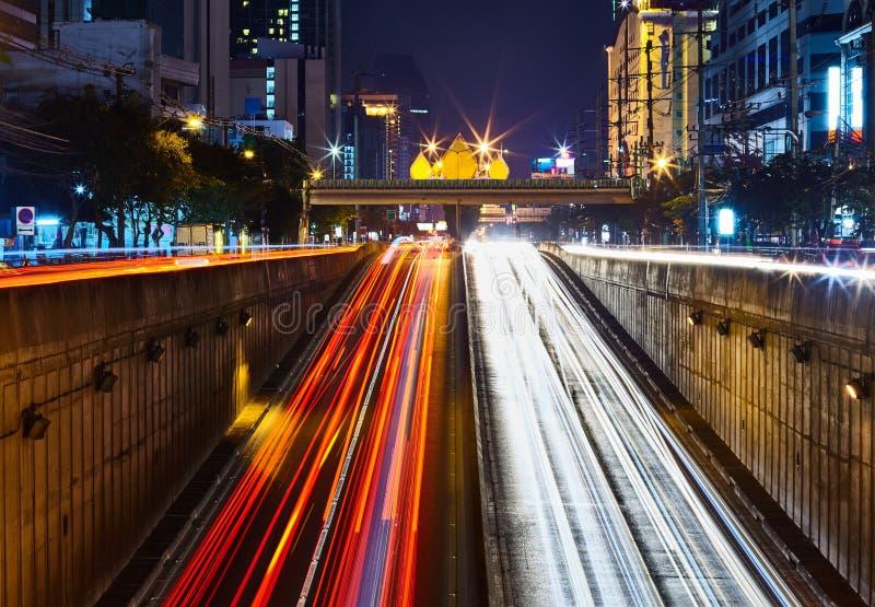Rastros de la luz del coche en la exposición larga fotos de archivo