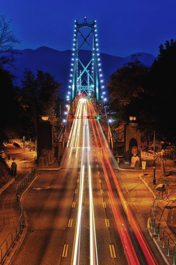 Rastros de la luz del puente de la puerta de los leones en la noche Vancouver fotografía de archivo libre de regalías