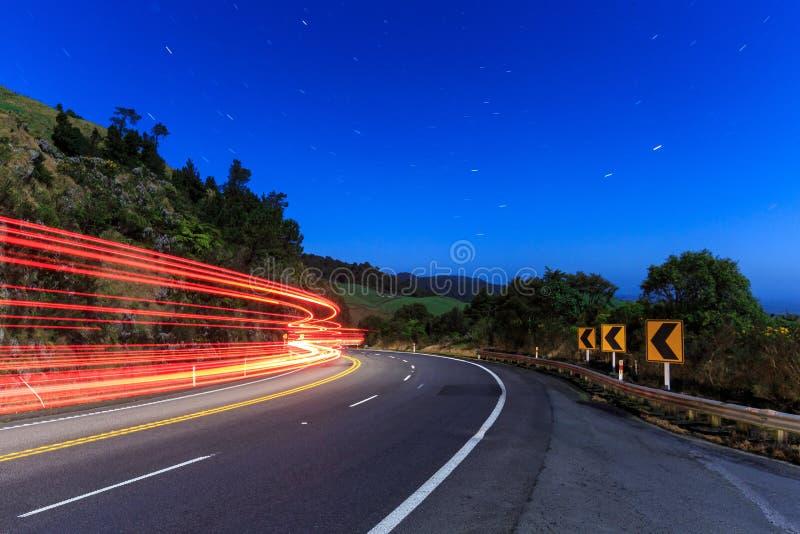 Rastros de la luz en un camino iluminado por la luna fotos de archivo