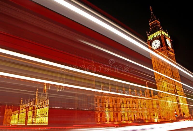 Rastros de la luz que pasan las casas del parlamento. imagen de archivo