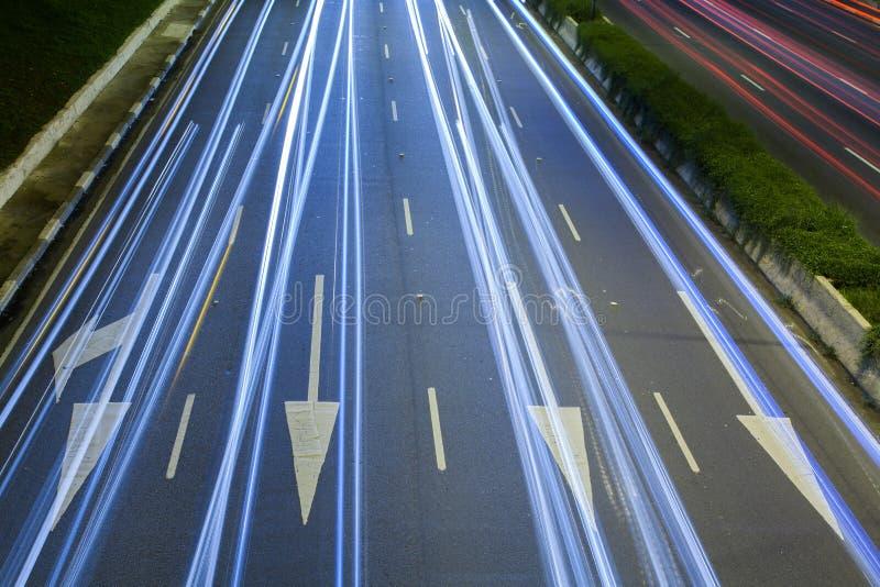 Rastros de la luz sobre señales de tráfico en la noche imagen de archivo libre de regalías