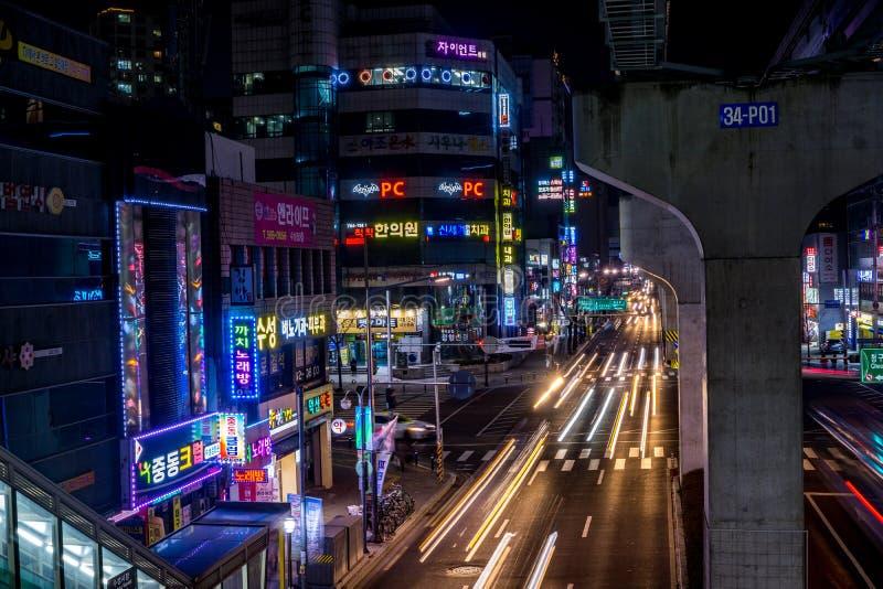 Rastros de la luz y luces de neón en Daegu imagen de archivo