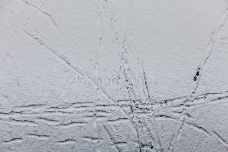 Rastros de la nieve en la estación de esquí foto de archivo