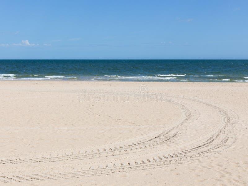 Rastros de la pisada en la playa fotografía de archivo