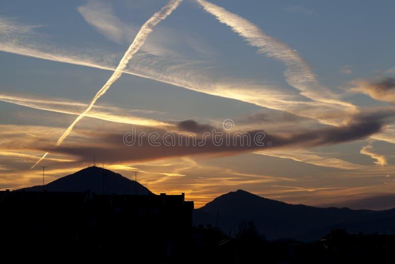 Rastros de la sustancia química del cielo foto de archivo