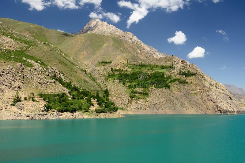 Rastros de los lagos en las montañas de la fan, Tayikistán mango-Kul siete imagen de archivo