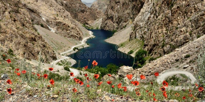 Rastros de los lagos en las montañas de la fan, Tayikistán mango-Kul siete foto de archivo