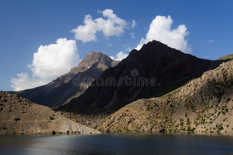 Rastros de los lagos en las montañas de la fan, Tayikistán mango-Kul siete fotos de archivo