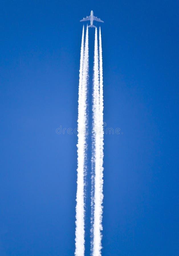 Rastros del aeroplano fotografía de archivo