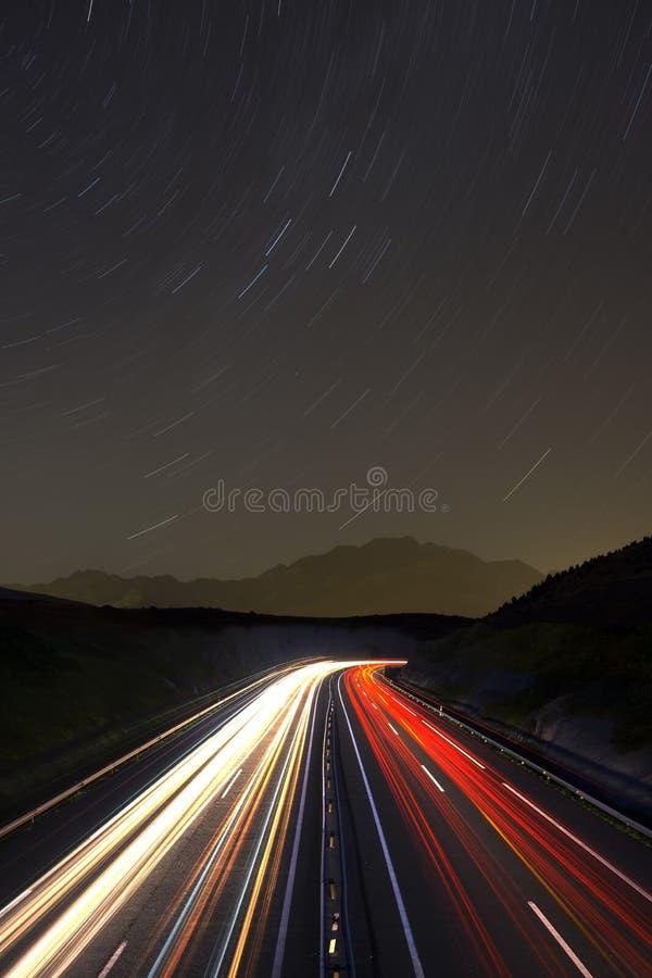 Rastros del coche en la noche imagen de archivo libre de regalías