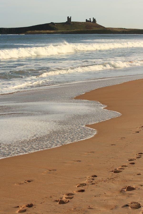Rastros del ser humano en la arena foto de archivo libre de regalías