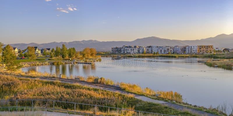 Rastros a lo largo del lago Oquirrh en la alba Utah imagen de archivo libre de regalías