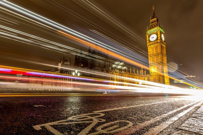 Rastros sobre Big Ben, Londres de la luz del coche fotos de archivo libres de regalías
