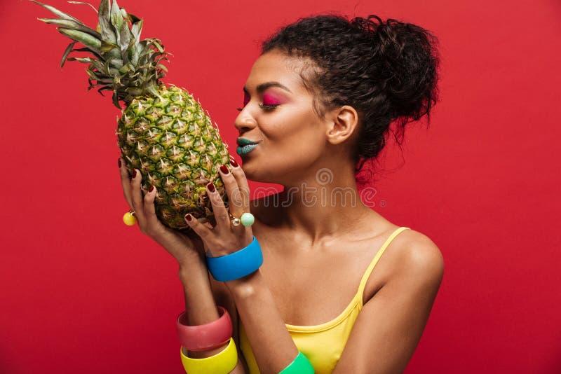 Rasy kobieta z mody makeup w żółty koszulowym mieć deto fotografia stock