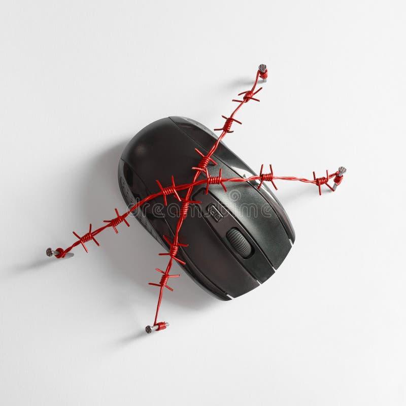 Ratón con alambre de púas rojo Concepto para el tema de la dependencia humana de redes sociales, de Internet y del apego del jueg foto de archivo libre de regalías