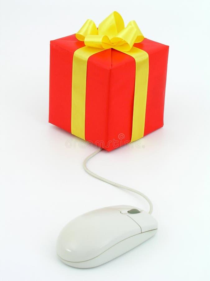 Ratón del ordenador conectado con el presente imagen de archivo