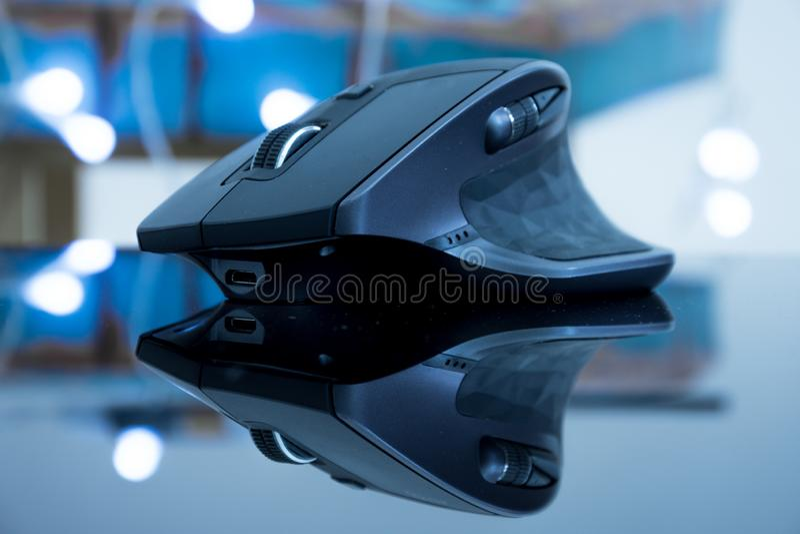 Ratón moderno de la tecnología que refleja en una superficie de cristal foto de archivo