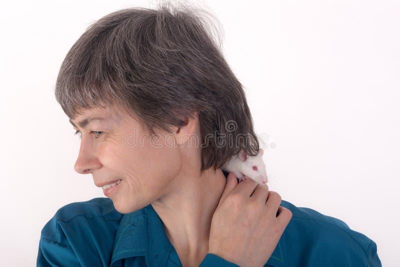 Rata en el hombro de una mujer fotografía de archivo libre de regalías