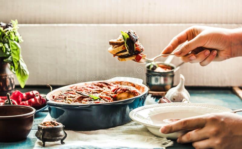 Ratatouille в посуде на голубой деревенской предпосылке, служа A.M. стоковые фото
