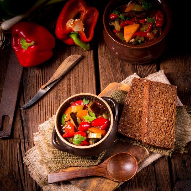 Download Ratatouille photo stock. Image du oignon, déjeuner, aubergine - 76084364