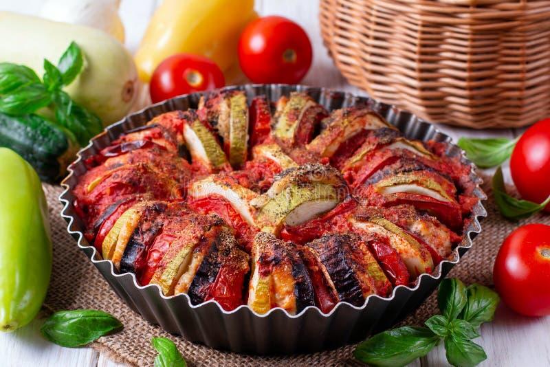 Ratatouille - de traditionele Franse plantaardige die schotel van Provencal in oven wordt gekookt royalty-vrije stock fotografie