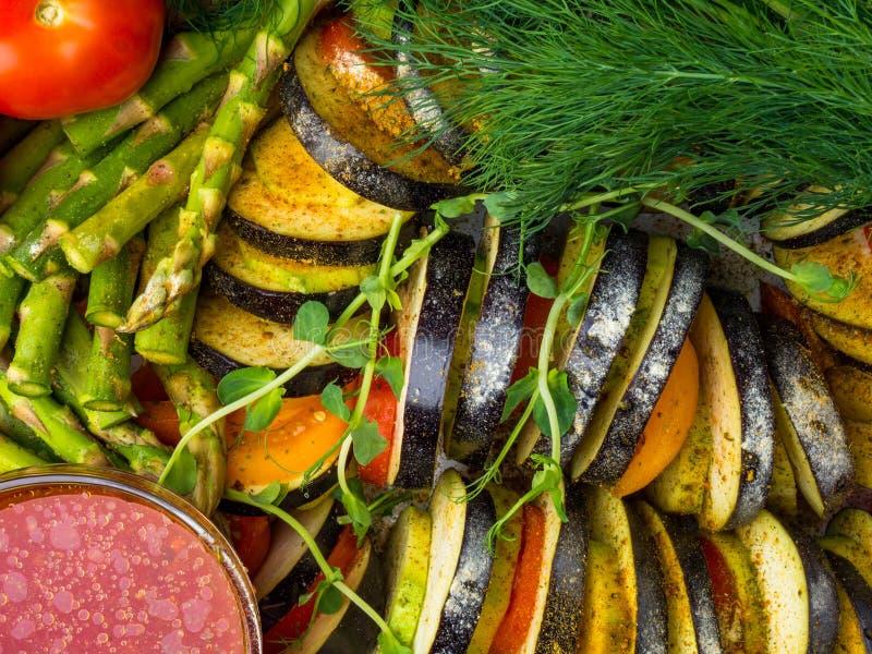 ratatouille degli ortaggi freschi - legumiera francese tradizionale di Provencal cucinata in forno Alimento vegetariano del vegan fotografie stock libere da diritti