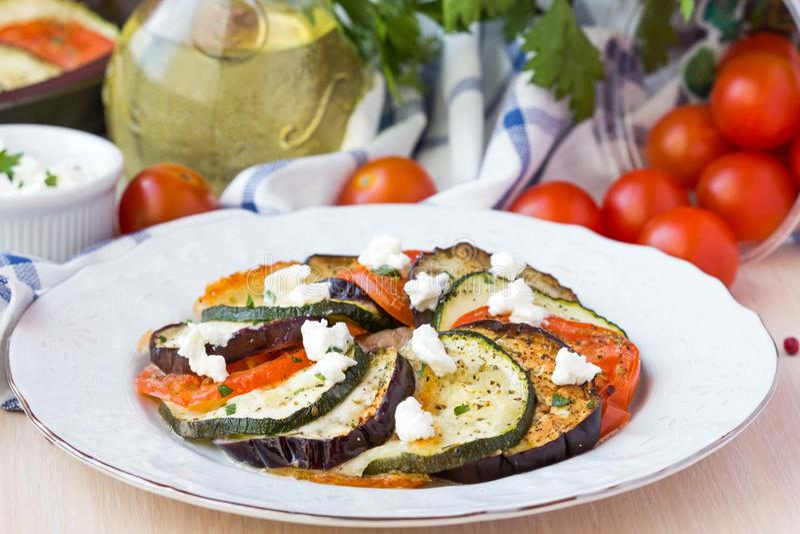 Ratatouille, Gemüse schnitt auf Scheiben, Aubergine, Zucchini, tomat stockfotografie