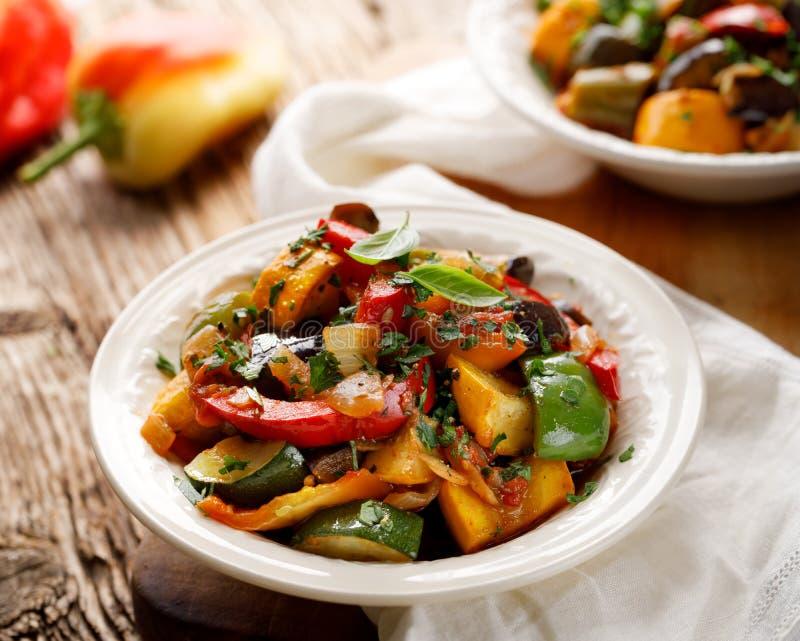 Ratatouille, guisado vegetal feito do abobrinha, beringelas, pimentas, cebolas, alho e tomates com ervas aromáticas fotos de stock royalty free